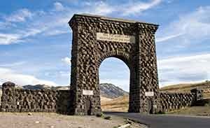 Roosevelt-Arch-pc-Acroterion-Wikimedia-Commons.jpg